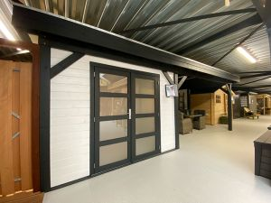 Blokhut Bosuil 300x300 cm + luifel 400 cm - Compleet gespoten - Showmodel Numansdorp