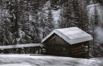Ook in de winter professionele montage van onze blokhutten en tuinhuizen