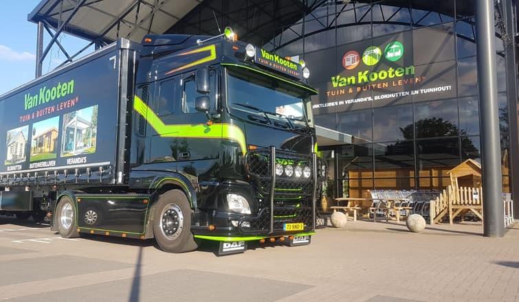 Magazijn van Van Kooten met een vrachtwagen van Van Kooten